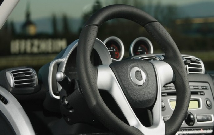2008-Brabus-smart-fortwo-Xclusive-Steering-Wheel-1600x1200-650x358