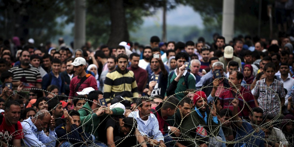 Migrants wait at Greece's border with Macedonia, hoping to enter Gevgelija, Macedonia August 22, 2015. Police and soldiers deployed along Macedonia's southern border with Greece struggled on Saturday to control the numbers of refugees and migrants, many of them fleeing Middle East conflicts, seeking to reach western Europe.  REUTERS/Ognen Teofilovski